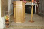 Rednerpult und Kerzenständer